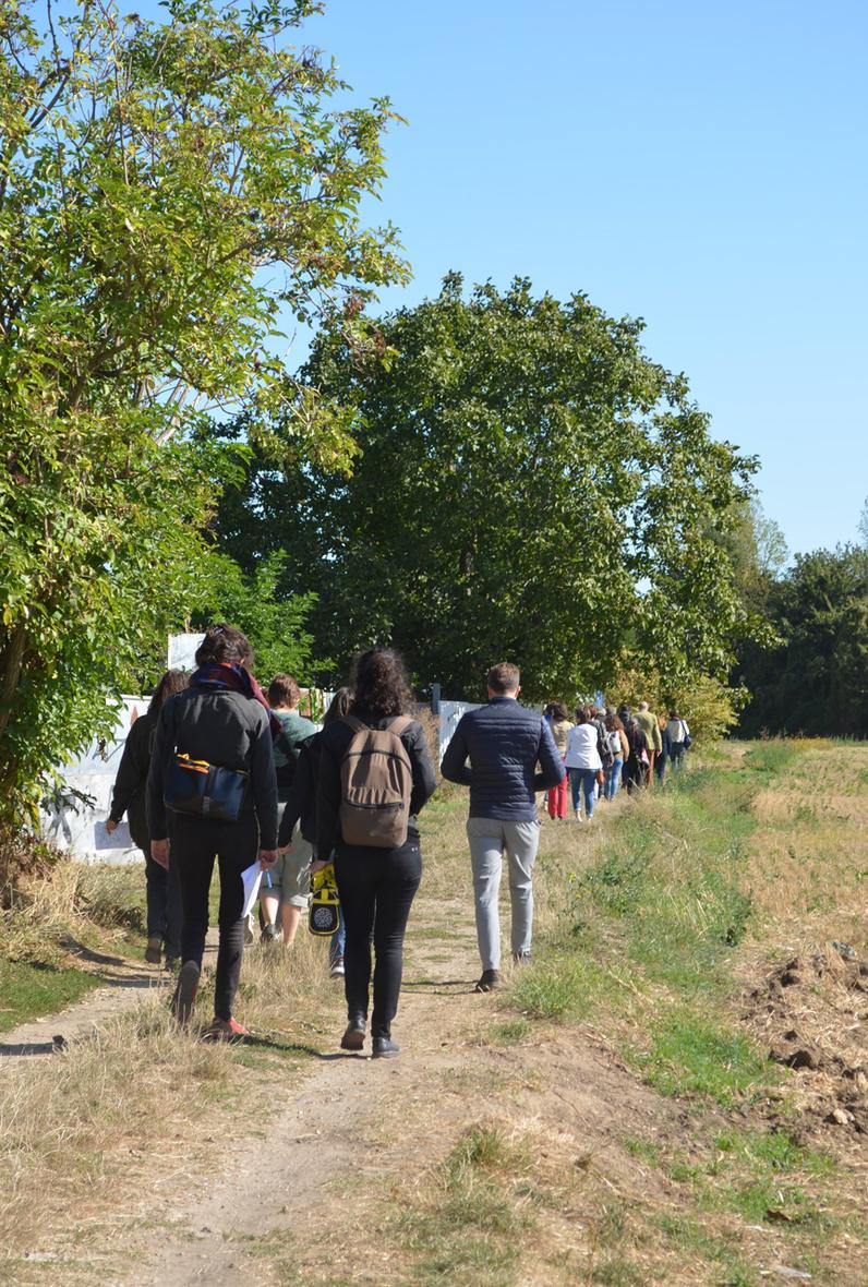 Les arpentages (ici, le long de l'ex-VDO, dans le Val-de-Marne) sont l'occasion de débattre sur le terrain.